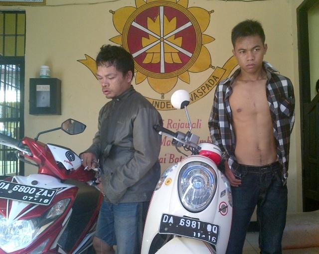 Foto : pelaku Rudi (33) dan salmani (20) saat diamankan di Mapolres HSS